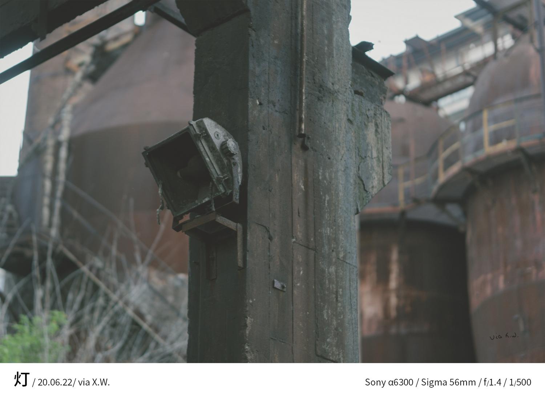 承重柱上的探照灯